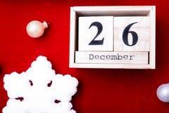 节礼日销售 日历与在红色背景的日期 圣诞节概念 12月26日 圣诞节球和礼物 顶视图 复制sp 免版税库存图片