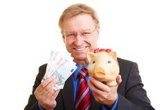 节约金钱的生意人 免版税库存照片