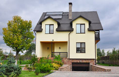 节能新的被动房屋建设概念外部 有太阳水嵌入式供暖器的,天窗舒适房子 库存图片