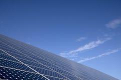 节能的太阳电池板与后边蓝天 免版税库存照片