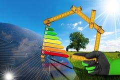 节能-有太阳电池板的议院 免版税库存图片