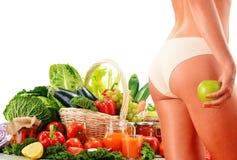 节食。根据未加工的有机菜的平衡饮食 免版税库存图片