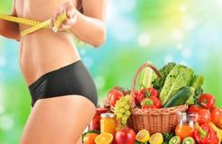 节食。根据未加工的有机菜的平衡饮食 库存照片