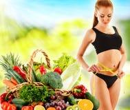 节食。根据未加工的有机菜的平衡饮食 免版税库存照片