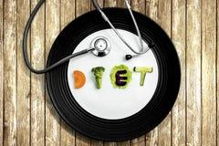 节食与一个听诊器的词在桌上 免版税图库摄影