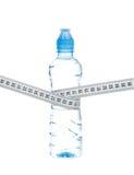节食瓶饮用水和卷尺 库存照片
