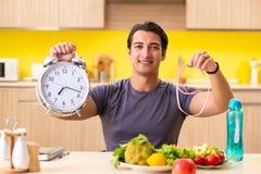 节食和健康吃概念的年轻人 免版税库存图片