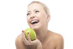 节食和吃苹果计算机的白种人妇女。健康生活方式,坚果 免版税库存照片