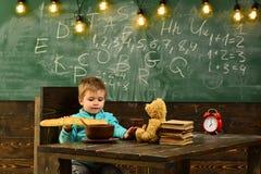 节食和饮食 节食,小男孩吃法国长方形宝石在桌上 健康节食孩子的 节食做身体 库存照片