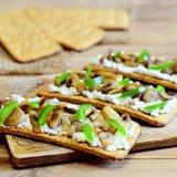 节食开胃菜用烤蘑菇和新鲜的绿色甜椒在一个木板 容易和健康素食快餐 免版税库存照片