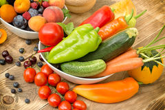 节食用新鲜的有机季节性水果和蔬菜-健康吃 免版税库存照片