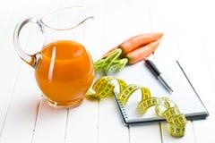 节食的概念。红萝卜汁 免版税图库摄影