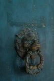 细节-在房子的前面蓝色门的狮子头在Murano海岛意大利 免版税图库摄影