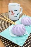 芋头馒头山汉语蒸在绿色盘的小圆面包在竹席子 免版税库存照片