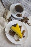 芒果与咖啡杯10的乳酪蛋糕切片 免版税库存图片