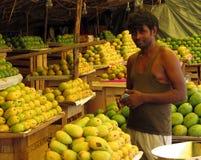 芒果努力去做卖主在印度的路旁 库存图片