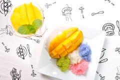 芒果和五颜六色的黏米饭 免版税库存照片