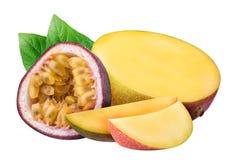 芒果和在白色背景隔绝的西番莲果 库存图片