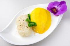 芒果和黏米饭著名点心在泰国 库存照片