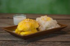 芒果和黏米饭 免版税库存照片