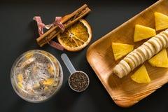 芒果圆滑的人用香蕉、chia种子和椰奶在黑暗的背景 库存图片