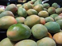 芒果在有优良品质结果的超级市场 免版税库存图片