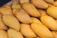 芒果在泰国市场上 免版税库存照片