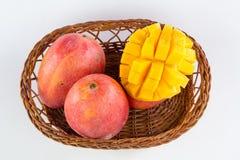 芒果果子和芒果立方体在一个竹篮子 免版税图库摄影