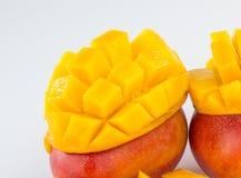 芒果果子和芒果立方体在一个竹篮子 免版税库存照片