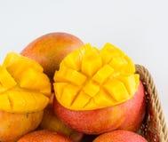 芒果果子和芒果立方体在一个竹篮子 图库摄影