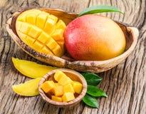 芒果果子和芒果立方体在木头 库存图片