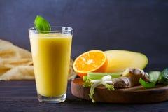芒果橙色姜黄瓜和芹菜圆滑的人 r 库存照片