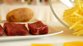 芒果母牛或牛肉果子和肉串的成份在格栅 股票录像