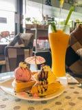芒果汁和奶蛋烘饼顶部与冰淇凌 免版税库存照片