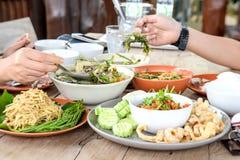芒果沙拉, Nam Prik Ong,在木地板上的晚餐 库存照片