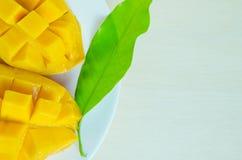 芒果用在木背景(亦称h的叶子恰好切开了 库存照片
