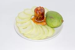 芒果用在白色背景的甜鱼子酱 免版税库存照片