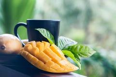 芒果茶 在自然条件的芒果在美好的热带背景 免版税库存图片