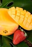芒果草莓 免版税库存照片