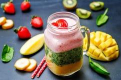 芒果菠菜猕猴桃草莓香蕉圆滑的人 免版税库存照片