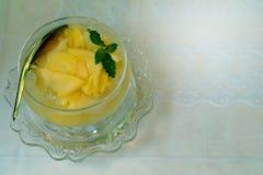 芒果蜜饯或芒果在糖浆是泰国点心由幻灯片芒果做由白色背景浸泡凉快的糖浆 Make在Thailan履行 免版税库存照片