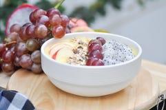 芒果酸奶用龙果子和葡萄 库存图片