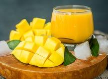 芒果震动 新鲜的热带水果圆滑的人 库存图片