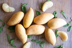 芒果,木表面上的果子 免版税库存图片