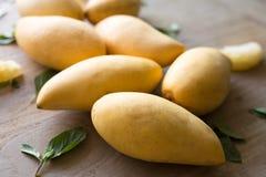 芒果,木表面上的泰国果子 免版税库存照片