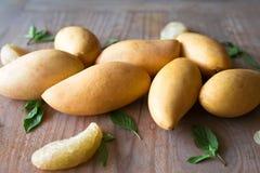 芒果,木表面上的泰国果子 库存照片