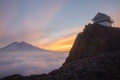 芒特雷尼尔山看法在日出的从峭壁监视 免版税库存照片