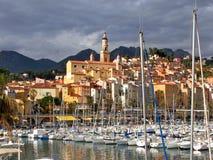 芒通、法国、老城市和小游艇船坞 免版税图库摄影