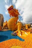 芒通,法国- 2月20 :在柠檬节日(Fete du Citron)的龙雕象在法国海滨 题材在2015年是 免版税库存图片