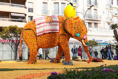 芒通,法国- 2月27 :柠檬节日(Fete du Citron)在柠檬法国Riviera.Thousands和桔子用于修建巨大的柑橘建筑 题材在2013年是 免版税图库摄影